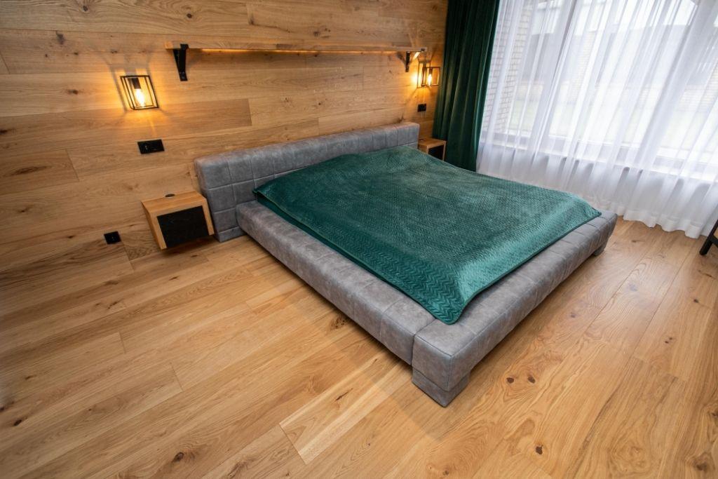 drewniana podłoga i ściana w sypialni