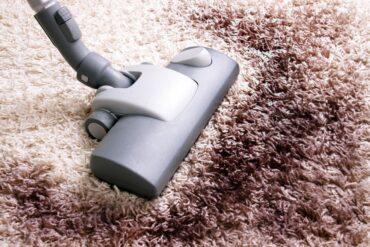 Jak usunąć plamy z dywanu? Sprawdzone triki!