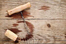Jak usunąć plamy po alkoholu na drewnie?