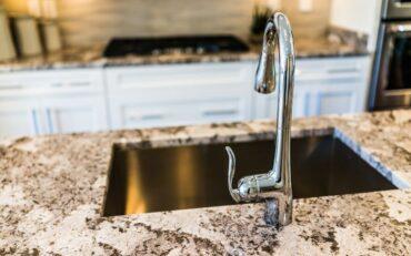 Funkcjonalność w kuchni – jak dbać o blat granitowy?