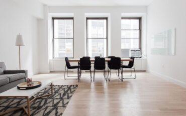 Deski drewniane - ponadczasowa podłoga w Twoim domu