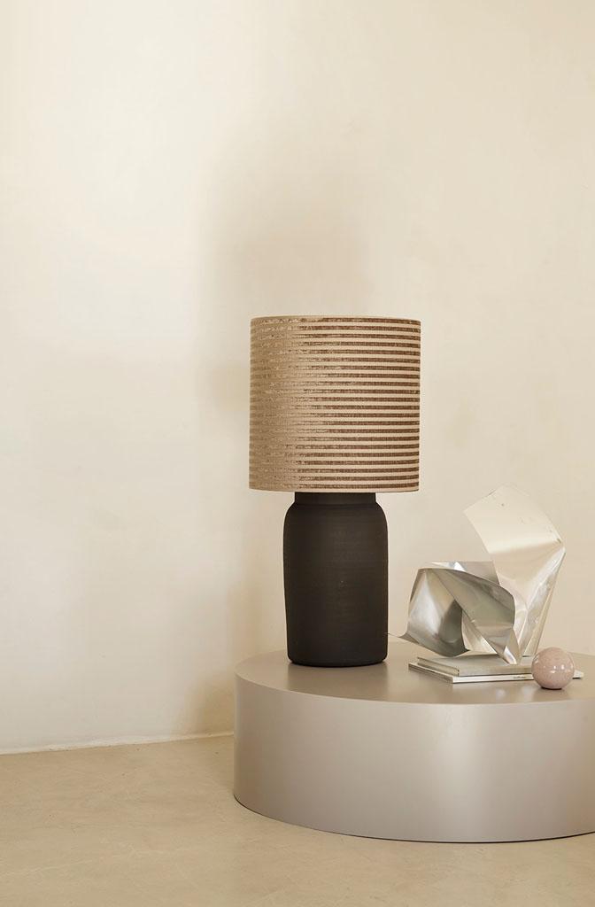 ciemna lampa stołowa z gliny
