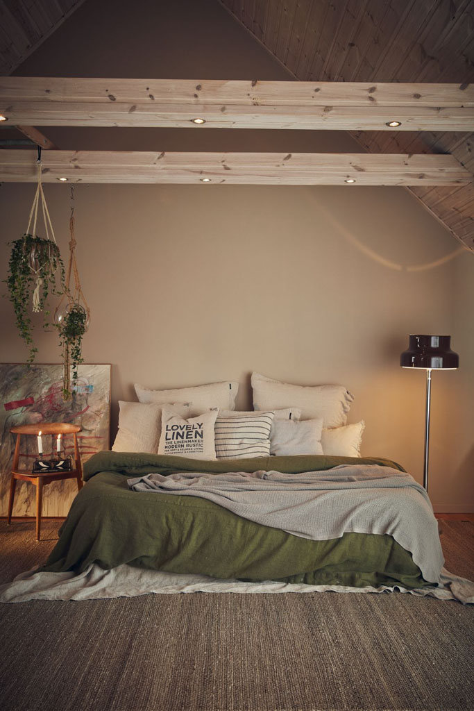 koce na łóżku w sypialni