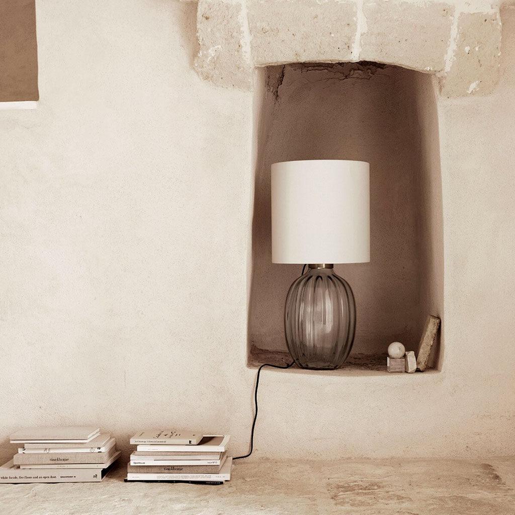 szklana lampa stołowa we wnęce