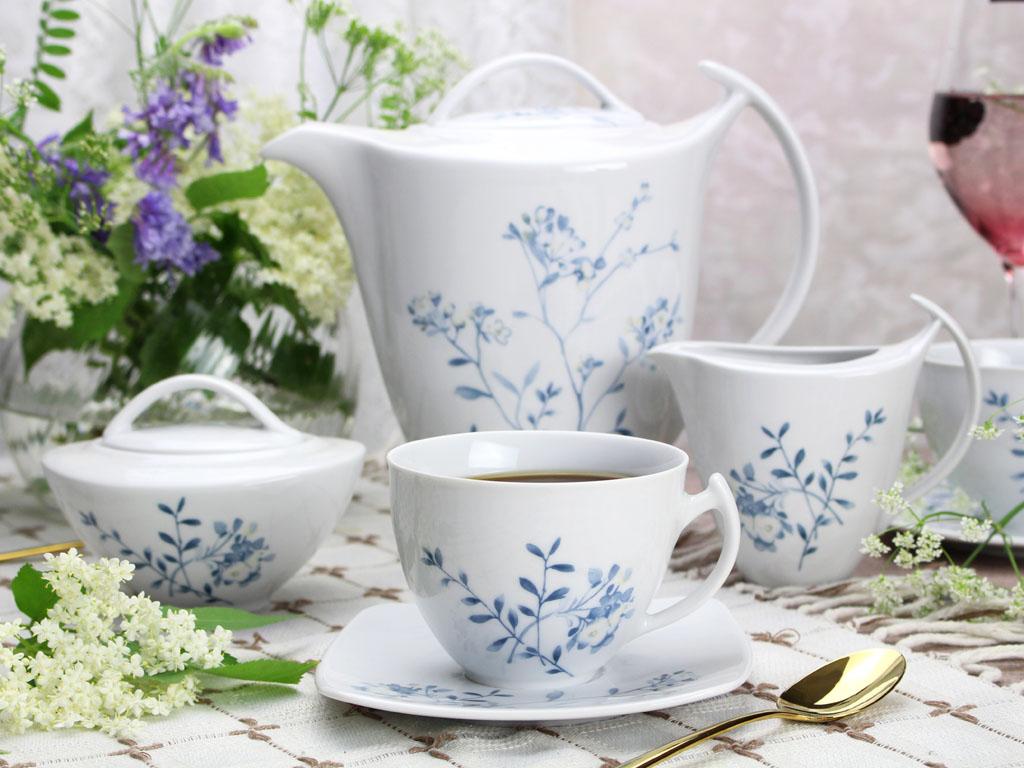 garnitur do kawy z błękitnymi kwiatami na stole