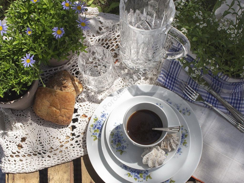 komplet kawowo obiadowy z porcelany z motywem niezapominajki na stole