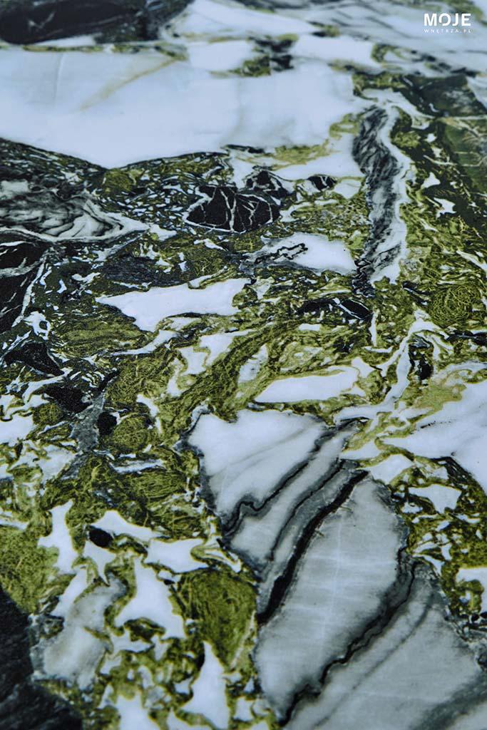 biała płytka gresowa z ciemno szarymi i zielonymi wzorami