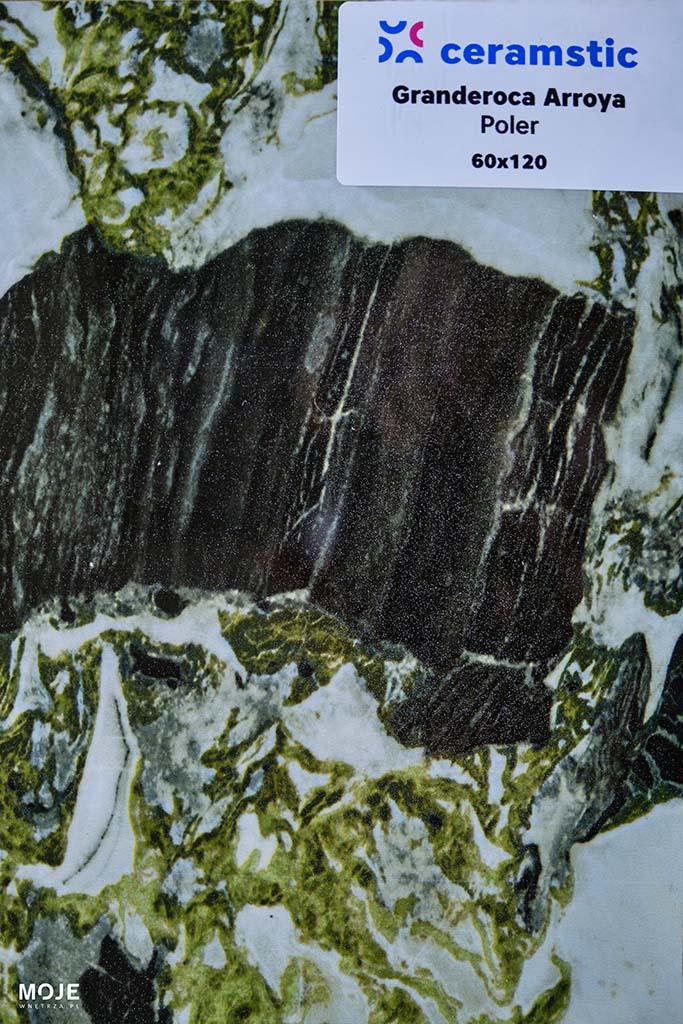 biała płytka z ciemno szarymi i zielonymi wzorami