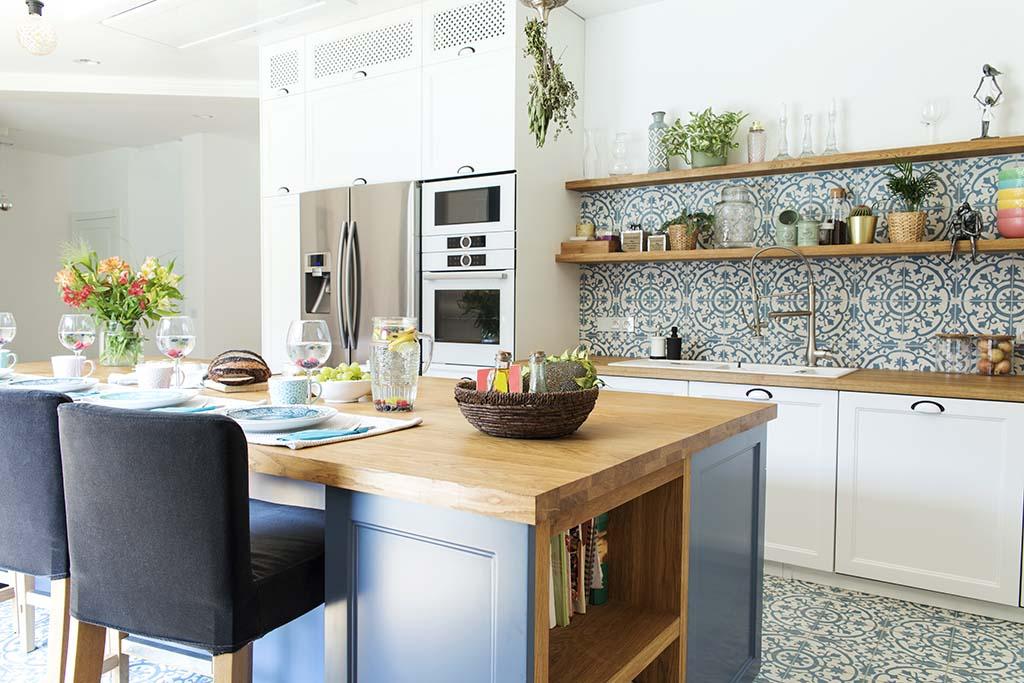 klimatyczna kuchnia z błękitnymi akcentami i wzorzystymi kafelkami
