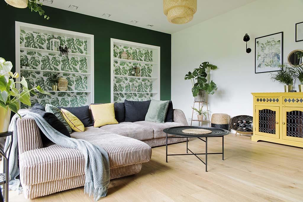 zielony salon z tropikalnymi elementami w klimacie wakacyjnym