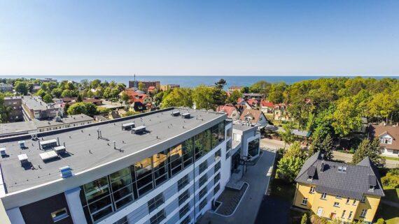 panorama z hotelem i morzem w tle