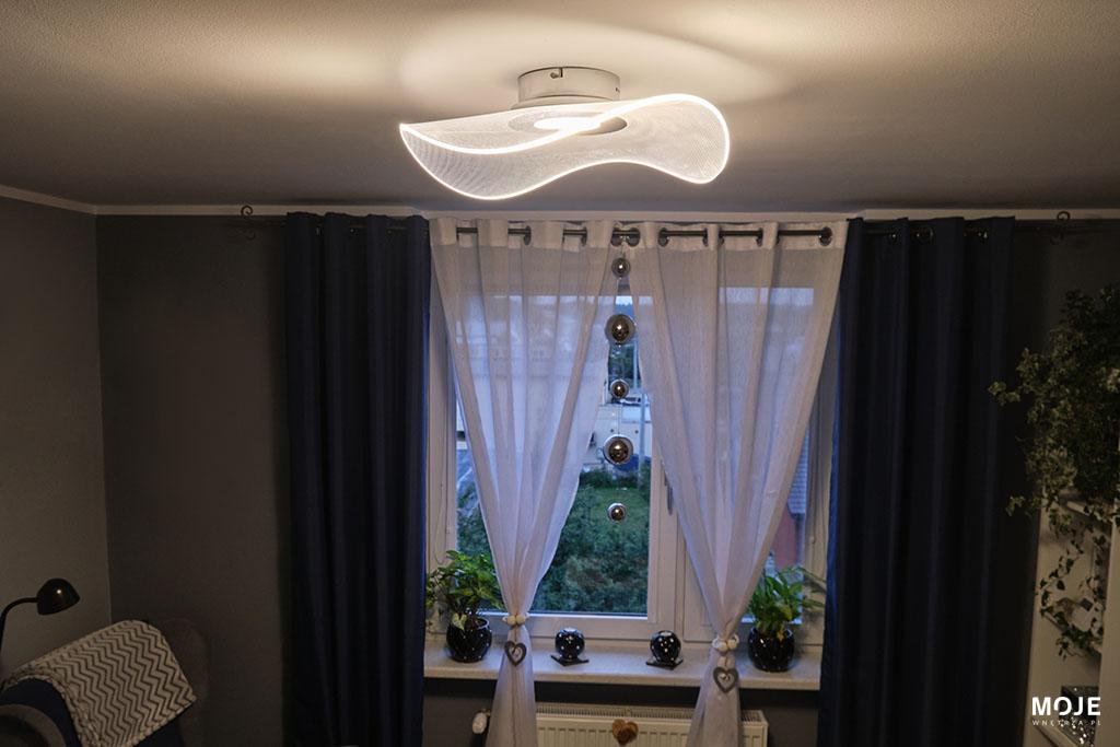 plafon ze srebrnym wykończeniem w salonie